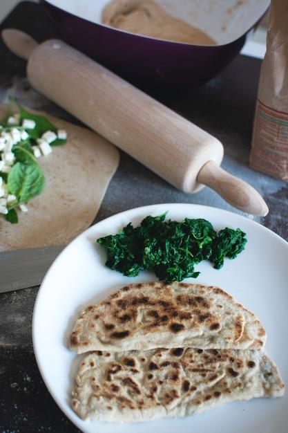 Gozleme turco casalingo integrale con spinaci e formaggio feta Foto Gratuite