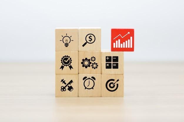 Grafica aziendale e di crescita icone su blocchi di legno. Foto Premium
