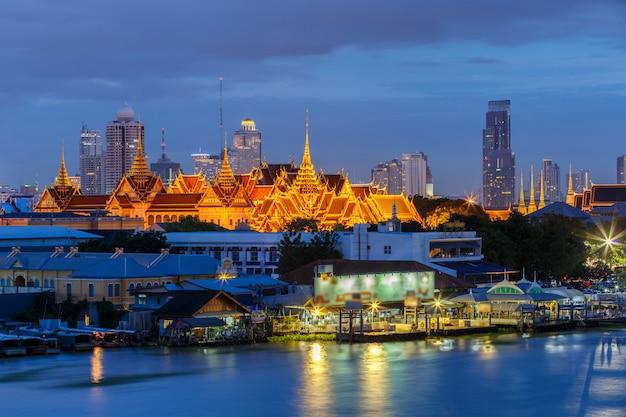 Grand palace e emerald buddha temple (wat phra kaew) a tempo crepuscolare, bangkok, tailandia Foto Premium