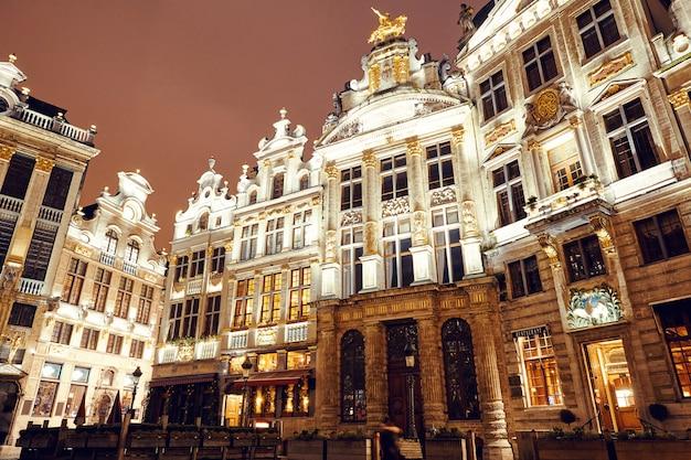 Grand place edifici di notte Foto Premium