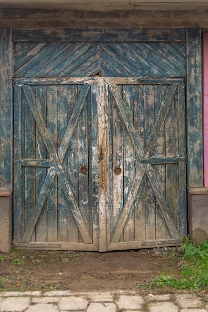 Grande cancello verde in legno per il magazzino. vecchio magazzino nel quartiere industriale. Foto Premium