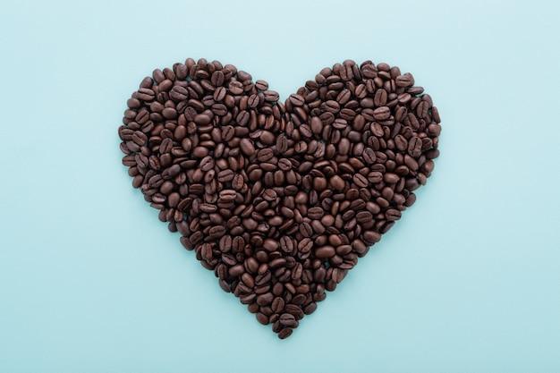 Grande cuore a forma di chicchi di caffè Foto Premium