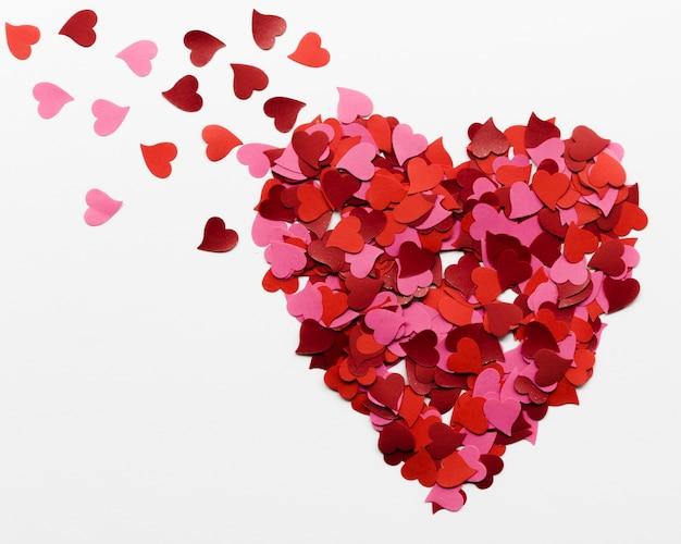 Grande cuore fatto di raccolta di piccoli cuori di carta Foto Gratuite