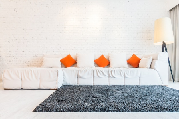 Grande divano e un tappeto Foto Gratuite