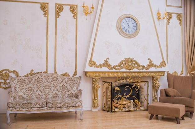 Grande divano vicino al camino e sedia marrone. eleganza sedia alla moda, mobili. mobili retrò. Foto Premium