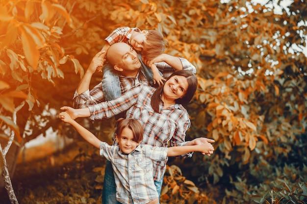 Grande famiglia che gioca in un parco in autunno Foto Gratuite