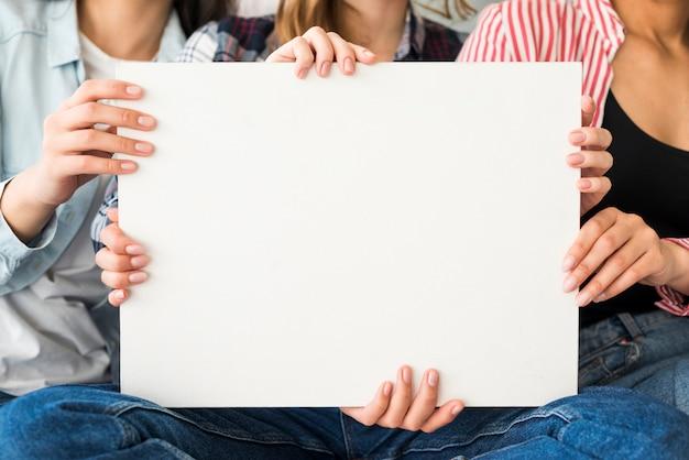 Grande foglio di carta bianco da donne Foto Gratuite