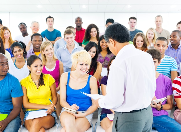 Grande gruppo di persone di diverse età e nazionalità Foto Gratuite