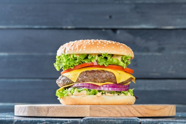 Grande hamburger succoso Foto Premium