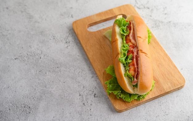 Grande hot dog sul tagliere di legno Foto Gratuite