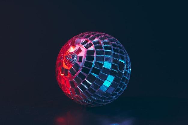 Grande palla da discoteca da vicino sul buio Foto Premium