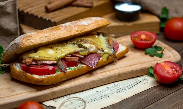 Grande panino con formaggio e salsiccia Foto Gratuite