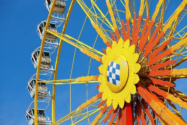 Grande ruota davanti a cielo blu Foto Premium