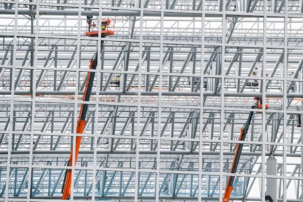 Grande struttura del cantiere in tessuto d'acciaio per la costruzione della stazione ferroviaria Foto Premium