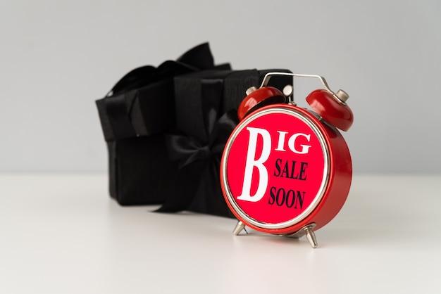 Grande vendita sveglia con regalo dietro Foto Gratuite