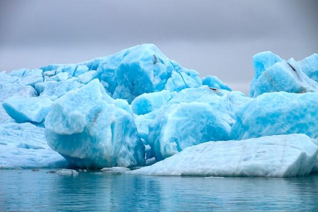 Grandi blocchi di ghiaccio blu Foto Premium