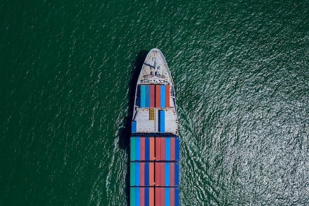 Grandi container cargo per le imprese trasportano servizi logistici di trasporto e importazione internazionali via mare Foto Premium
