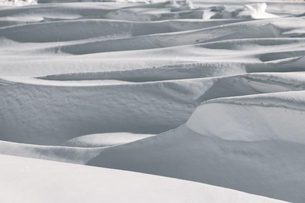 Grandi cumuli di neve profonda nel paesaggio invernale. Foto Premium