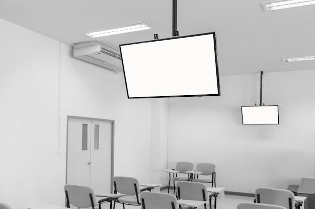 Grandi schermi tv appesi al soffitto in una classe Foto Premium