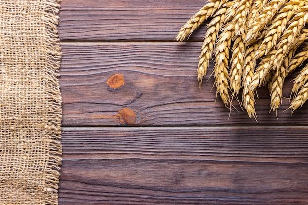 Grani di grano su fondo in legno della plancia concetto di vendemmia Foto Premium