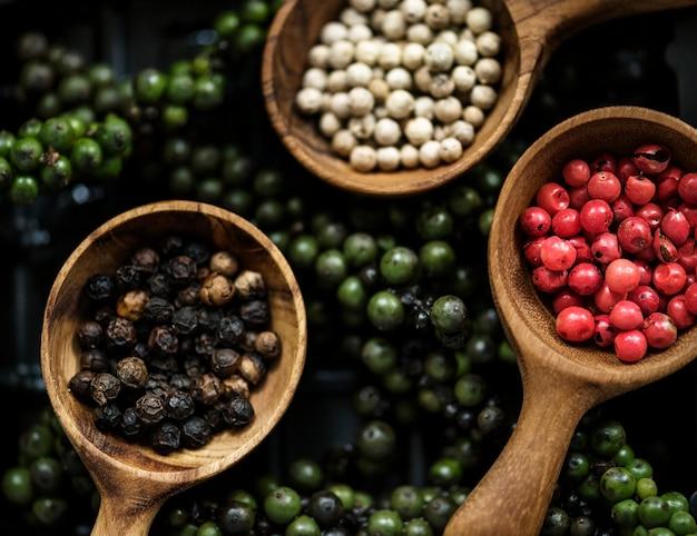 Grani di pepe che cucinano le spezie del condimento Foto Premium