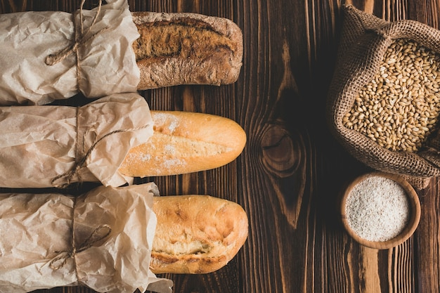Grano e lunghe pagnotte di pane Foto Gratuite
