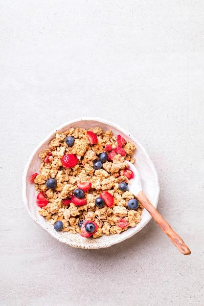 Granola di cereali in una ciotola Foto Premium