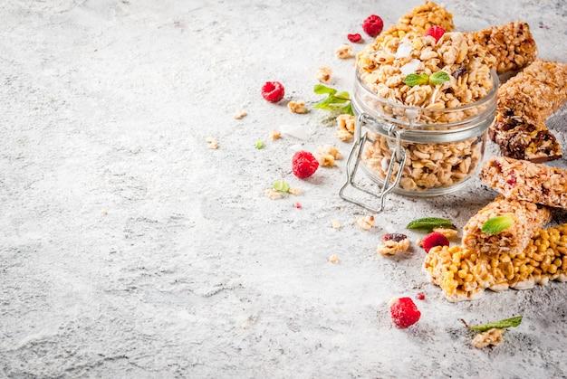 Granola fatta in casa con frutti di bosco e menta Foto Premium