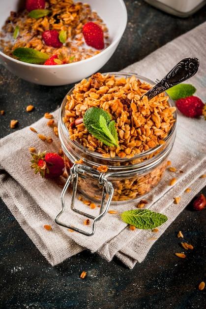 Granola fatta in casa dal mix di cereali con fragole Foto Premium
