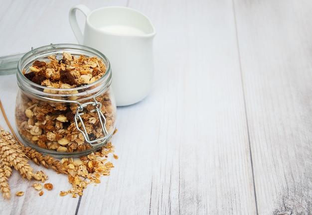 Granola fatta in casa in barattolo Foto Premium