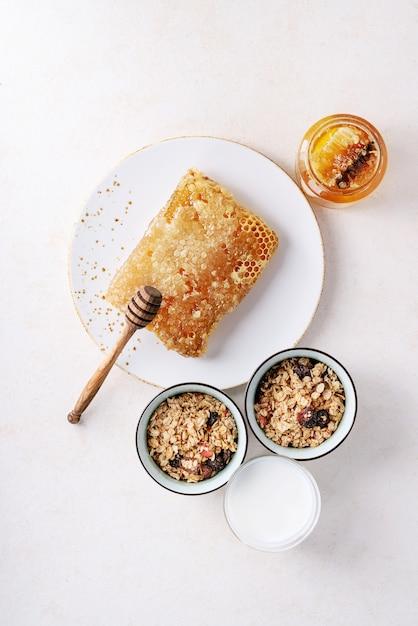 Granola fatta in casa servita con miele Foto Premium