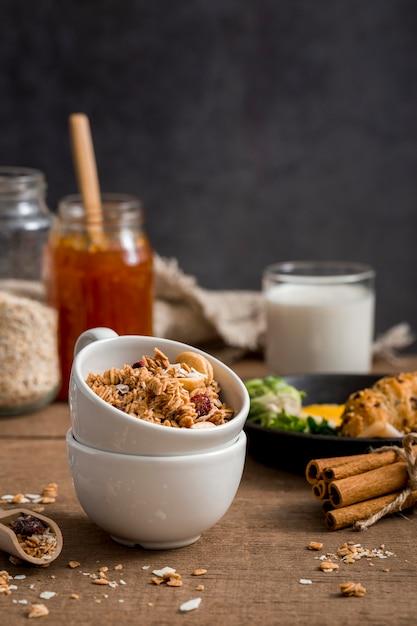Granola organico del primo piano con miele Foto Gratuite