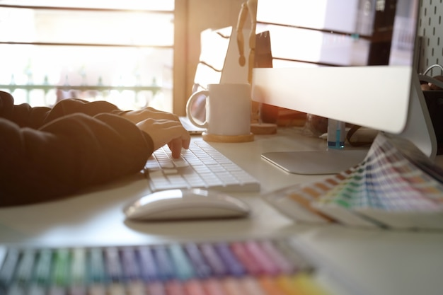 Graphic designer che lavora sull'area di lavoro creativa Foto Premium