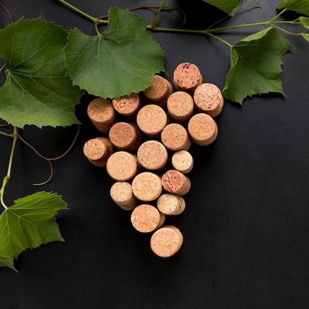 Grappolo d'uva fatto di tappi di sughero Foto Gratuite