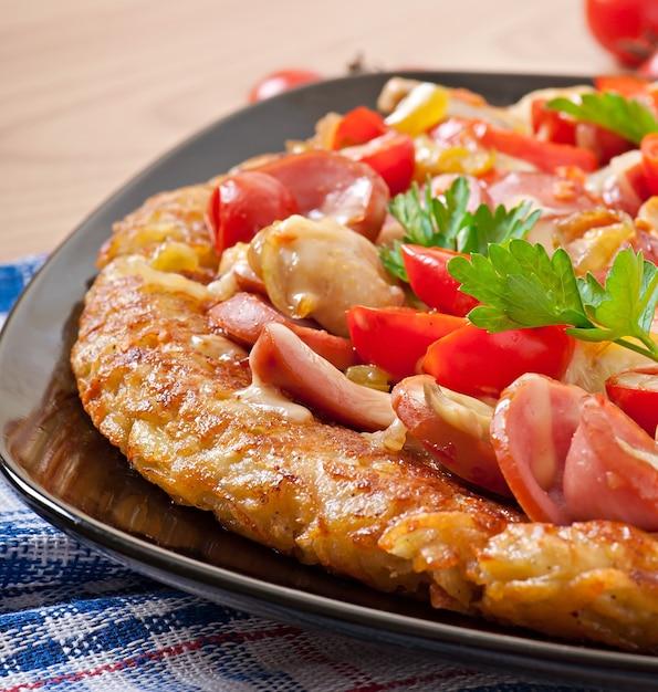 Gratin di patate - pizza con salsiccia, funghi e pomodori Foto Gratuite