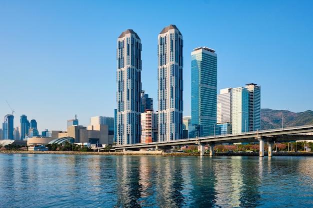 Grattacieli di busan e gwangan bridge, corea del sud Foto Premium