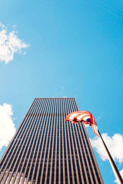 Grattacielo a new york fondato vicino bandiera degli stati uniti Foto Gratuite