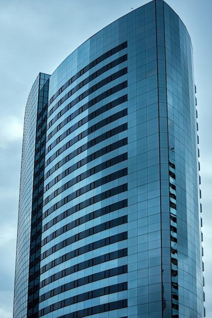 Grattacielo edificio commerciale in città Foto Gratuite