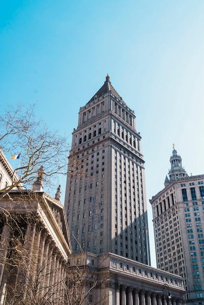 Grattacielo sullo sfondo del cielo blu Foto Gratuite