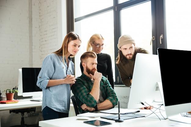 Gravi colleghi in ufficio a parlare tra loro Foto Gratuite