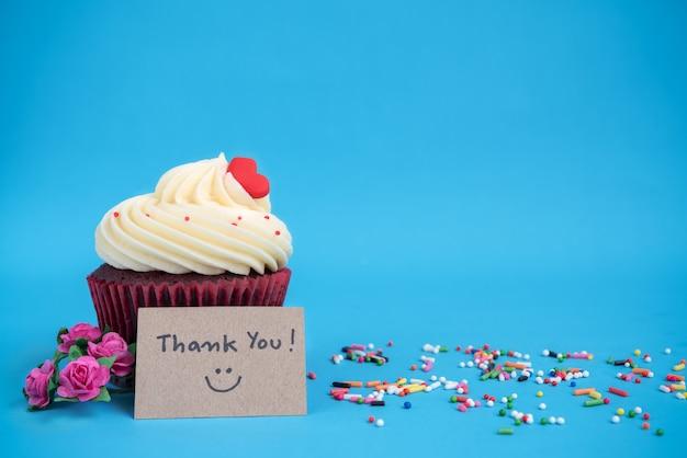 Grazie di nota con cupcake e fiori rosa rosa bouquet Foto Gratuite