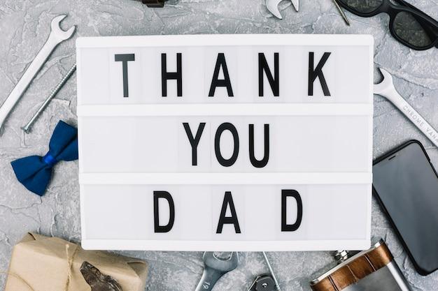 Grazie papà iscrizione sul tablet tra accessori maschili Foto Gratuite