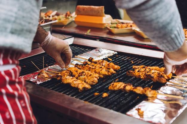Grigliare pollo satay Foto Gratuite