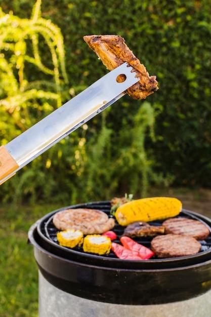 Grill picnic sul cortile Foto Gratuite