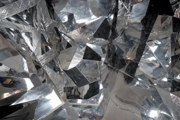 Grossi pezzi di ghiaccio rotto. blocchi di ghiaccio tritati. superficie astratta. trama lucida. Foto Premium
