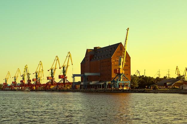 Gru nel porto della nave. cargo container. Foto Premium