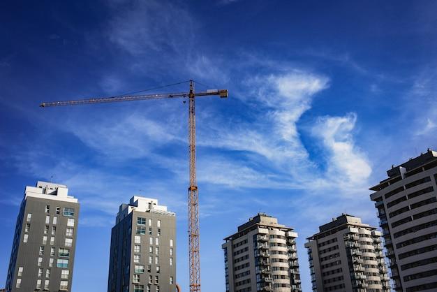 Gru per la costruzione di un nuovo edificio residenziale, stato reale. Foto Premium