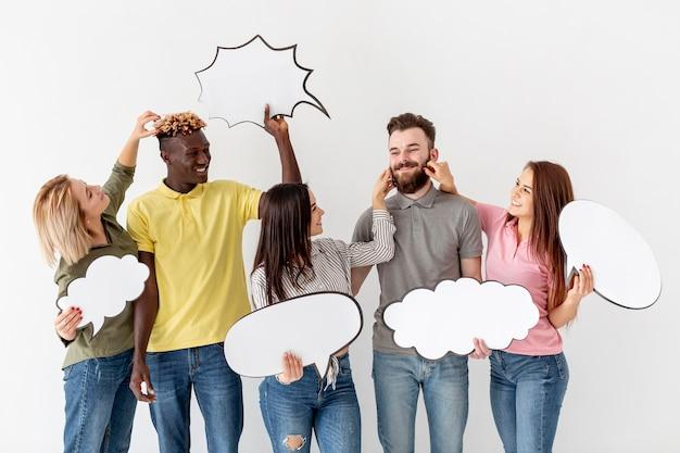 Gruppo allegro di amici con bolle di chat Foto Gratuite