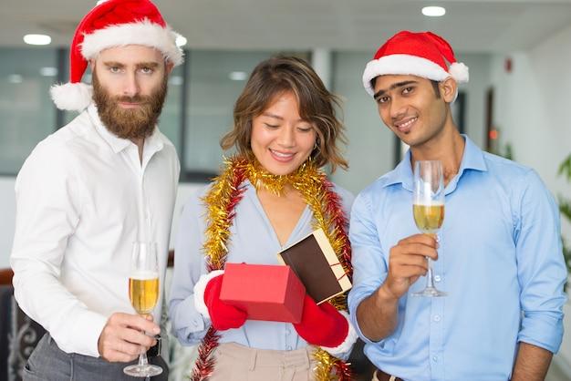 Gruppo aziendale festeggia il natale in ufficio Foto Gratuite