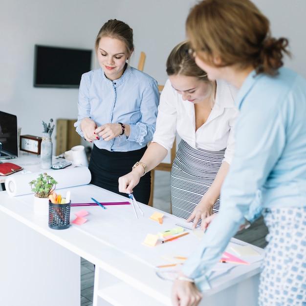Gruppo creativo di donna di affari che prepara business plan in ufficio Foto Gratuite